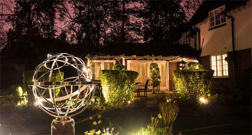 Как красиво осветить сад и дом